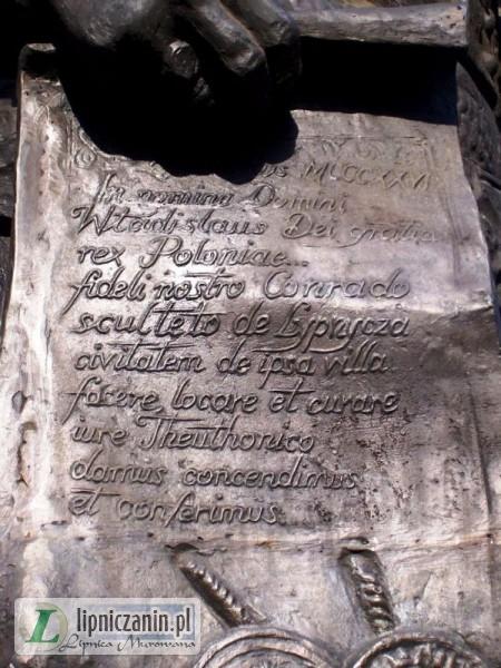 Fragment pomnika Władysława Łokietka. Król trzyma w ręce akt lokacji Lipnicy