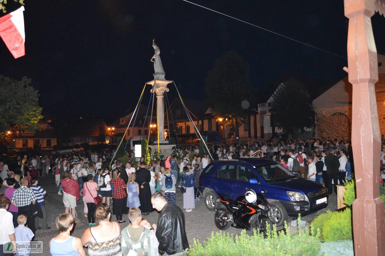 Apel pod figurą Świętego Szymona z udziałem młodzieży biorącej udział w ŚDM